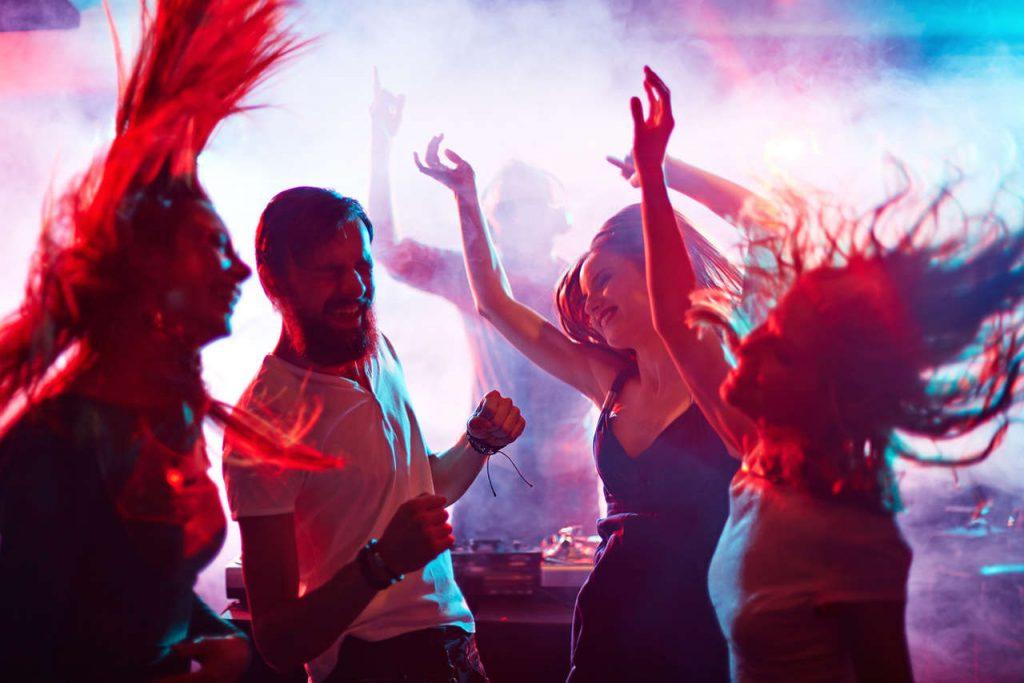 jovens dançando em uma festa sob efeito de opioides